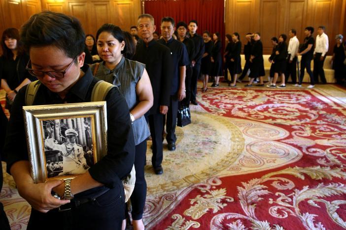 Một năm ngày mất Quốc vương Bhumibol Adulyadej: Những hình ảnh nỗi đau mất mát mà người dân Thái Lan không bao giờ quên - Ảnh 18.