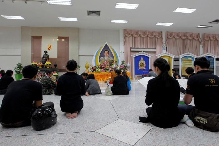 Một năm ngày mất Quốc vương Bhumibol Adulyadej: Những hình ảnh nỗi đau mất mát mà người dân Thái Lan không bao giờ quên - Ảnh 27.