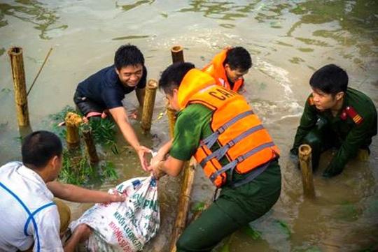 Công an, bộ đội dầm mình trong nước ăn vội, giúp dân chống lũ dữ - Ảnh 8.