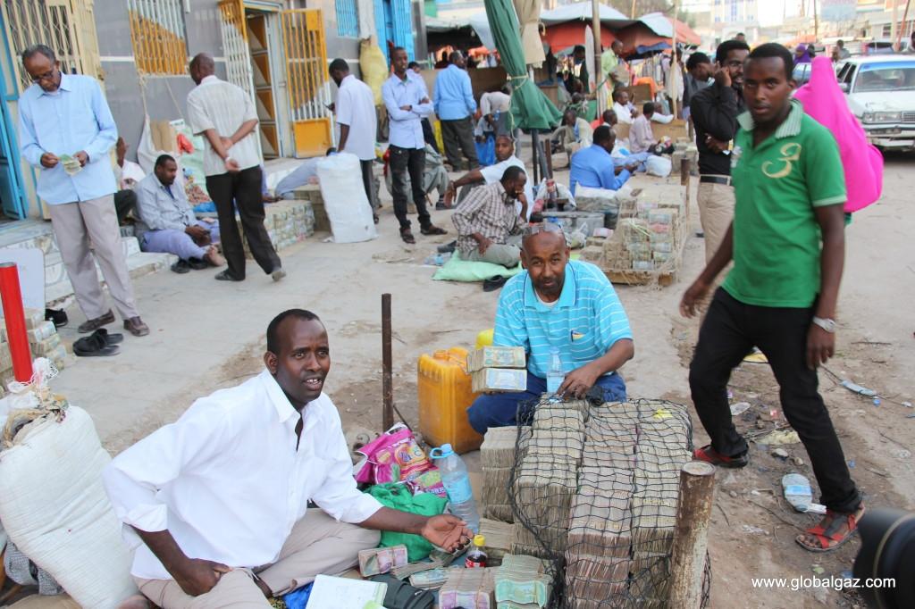 Quốc gia nghèo chẳng có gì ngoài tiền, đi chợ mua rau cũng phải mang cả bao tải, chất tiền thành đống - Ảnh 11.