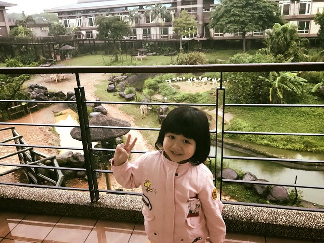 Màn đối đáp lém lỉnh giữa bố và cô con gái 2 tuổi khiến người xem đầy thích thú - Ảnh 8.