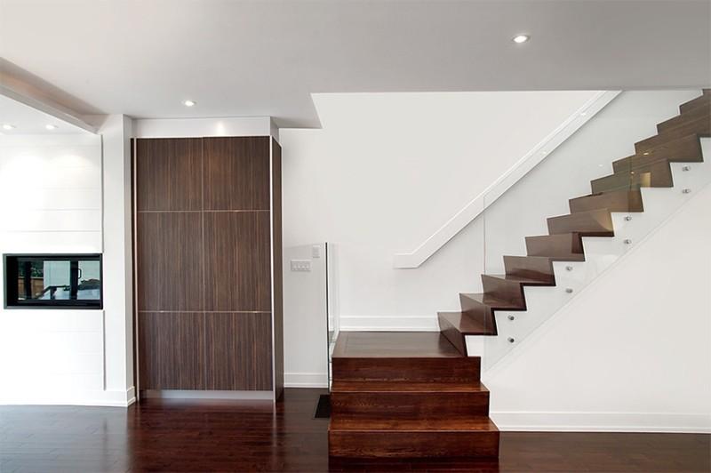 17 thiết kế cầu thang đẹp mắt được kết hợp từ gỗ và kính - Ảnh 15.