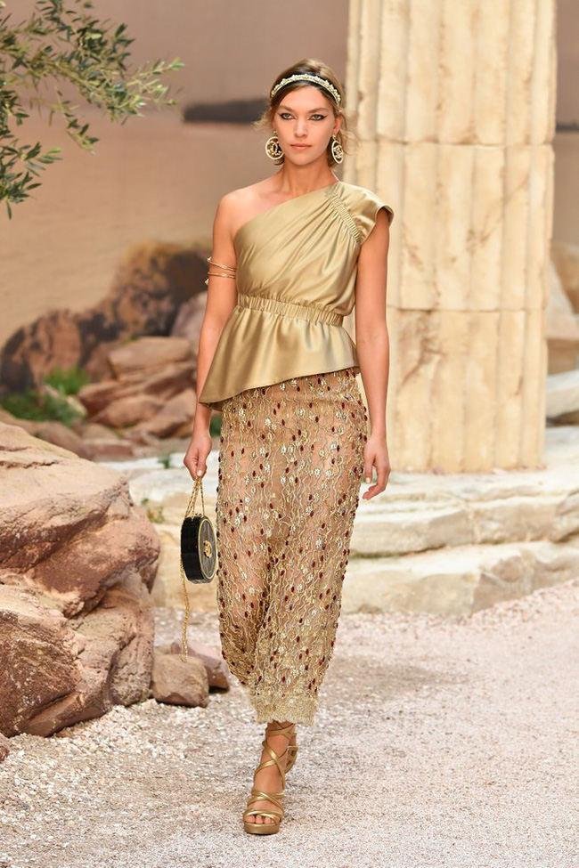 Hết đưa người xem lên vũ trụ, Chanel lại biến runway thành Hy Lạp cổ đại - Ảnh 9.