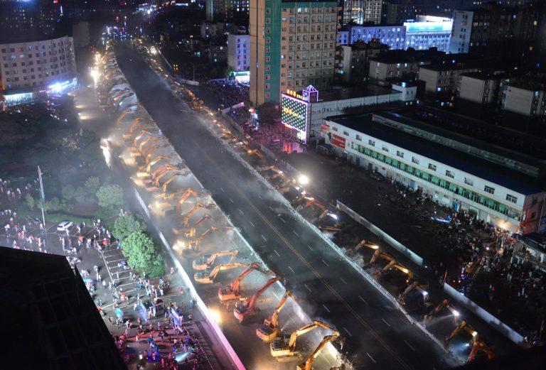 Chỉ sau một đêm, hơn 200 chiếc máy xúc xếp hàng dài đánh sập một cây cầu vượt tại Trung Quốc - Ảnh 9.
