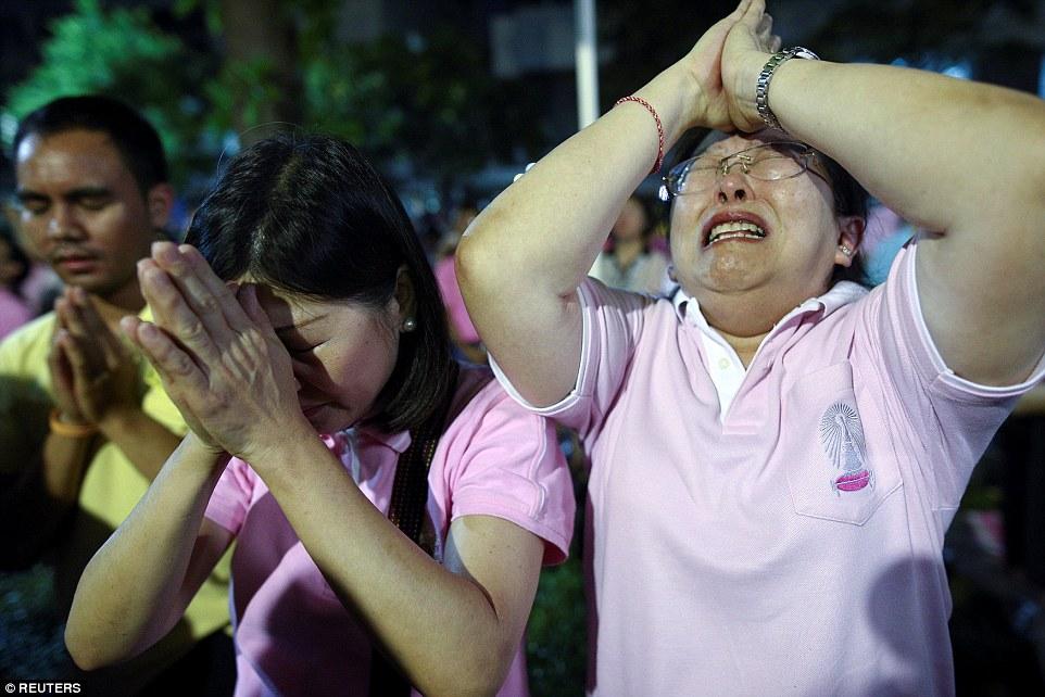 Một năm ngày mất Quốc vương Bhumibol Adulyadej: Những hình ảnh nỗi đau mất mát mà người dân Thái Lan không bao giờ quên - Ảnh 7.