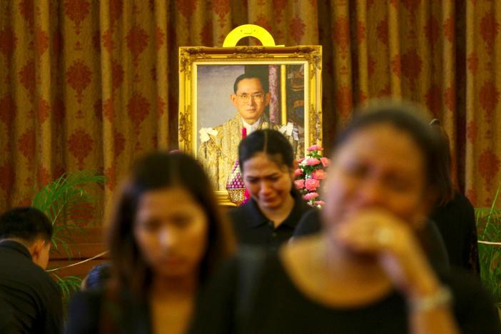 Một năm ngày mất Quốc vương Bhumibol Adulyadej: Những hình ảnh nỗi đau mất mát mà người dân Thái Lan không bao giờ quên - Ảnh 28.