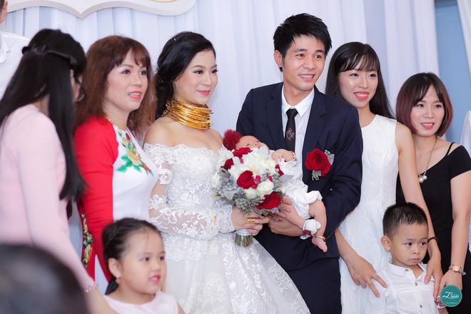 Ở Việt Nam cũng có những siêu đám cưới xa hoa, huy động hàng chục vệ sĩ để bảo vệ dàn khách mời toàn người nổi tiếng - Ảnh 10.