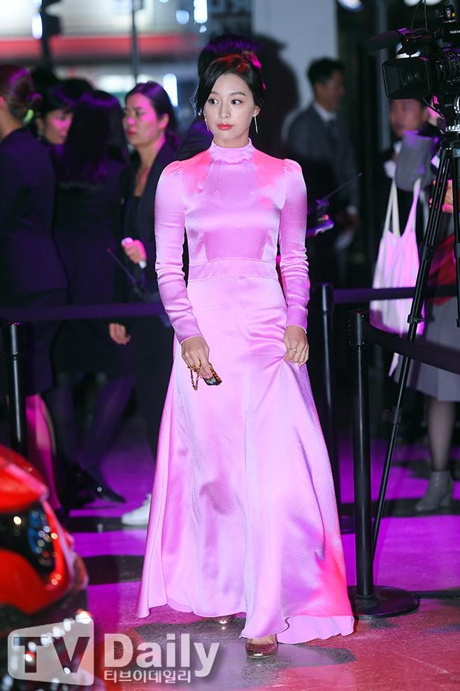 nữ thần Kim Ji Won đẹp xuất sắc nhưng lại mặc gì thế này?