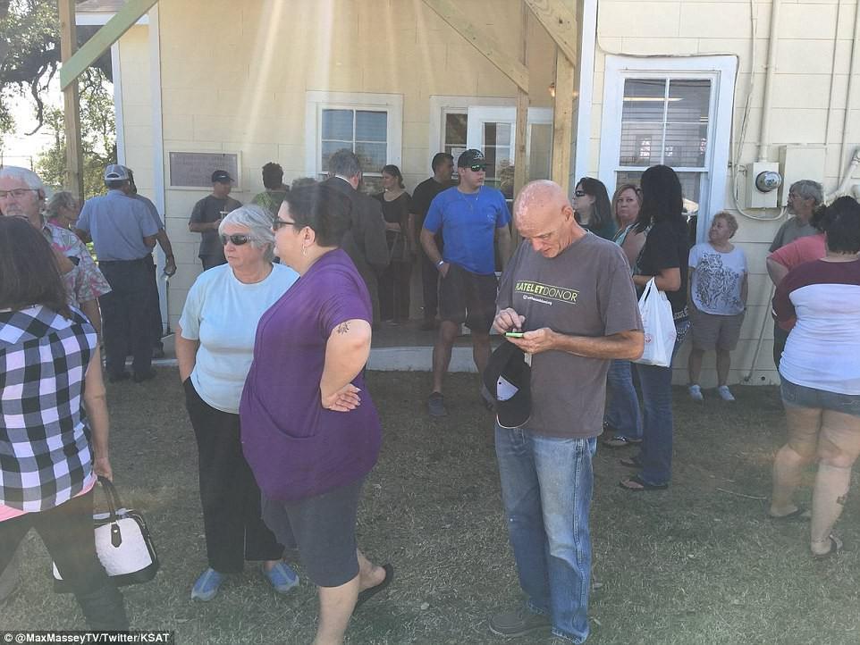Khung cảnh thương tâm tại nhà thờ, nơi gần 60 người thương vong trong vụ xả súng đẫm máu tại bang Texas, Mỹ - Ảnh 10.