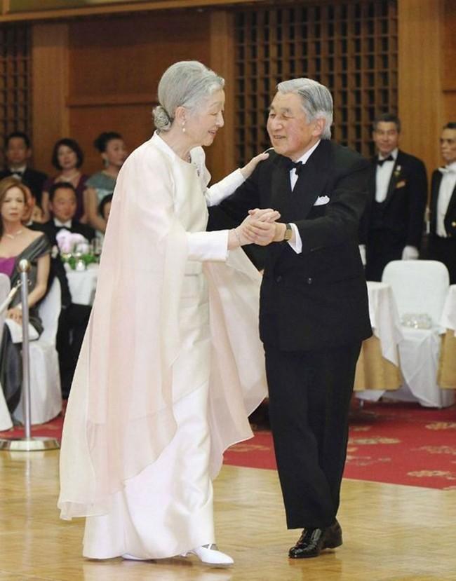 Nhà vua và Hoàng hậu Nhật Bản, mối tình hoàng tộc - thường dân, 60 năm đến đầu bạc và vẫn muốn yêu mãi mãi - Ảnh 9.