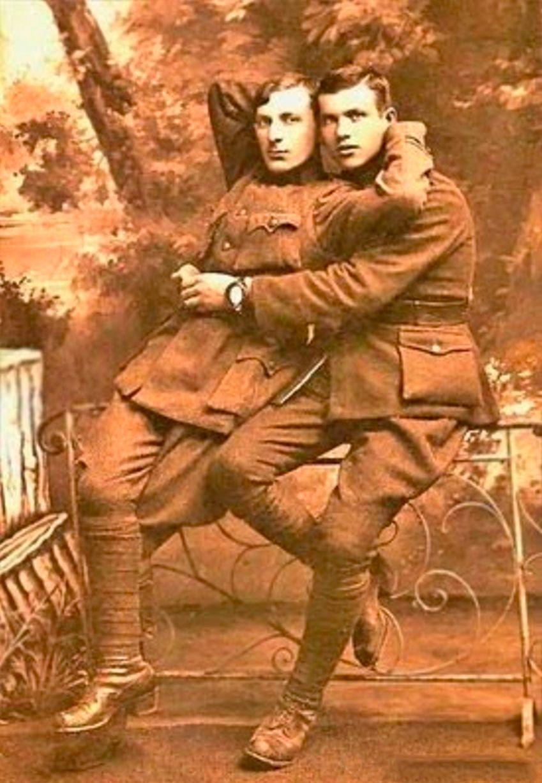 Những hình ảnh thân mật của các chàng trai cách đây 100 năm: Đồng tính không phải trào lưu - Ảnh 1.