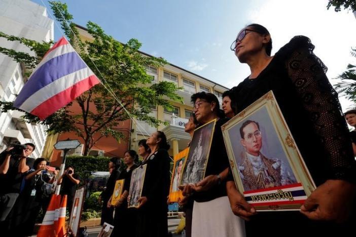 Một năm ngày mất Quốc vương Bhumibol Adulyadej: Những hình ảnh nỗi đau mất mát mà người dân Thái Lan không bao giờ quên - Ảnh 19.