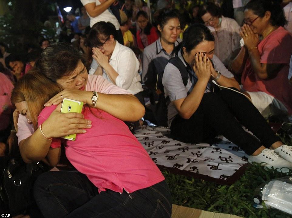 Một năm ngày mất Quốc vương Bhumibol Adulyadej: Những hình ảnh nỗi đau mất mát mà người dân Thái Lan không bao giờ quên - Ảnh 8.