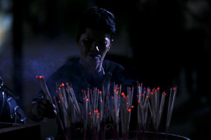 Một năm ngày mất Quốc vương Bhumibol Adulyadej: Những hình ảnh nỗi đau mất mát mà người dân Thái Lan không bao giờ quên - Ảnh 10.