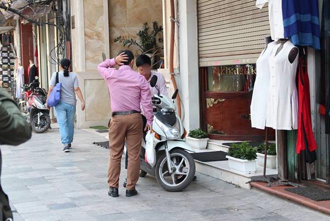 Người đàn ông mang khăn lụa Khaisilk tặng vợ hôm 20-10 nhất quyết đến cửa hàng trả lại - Ảnh 10.