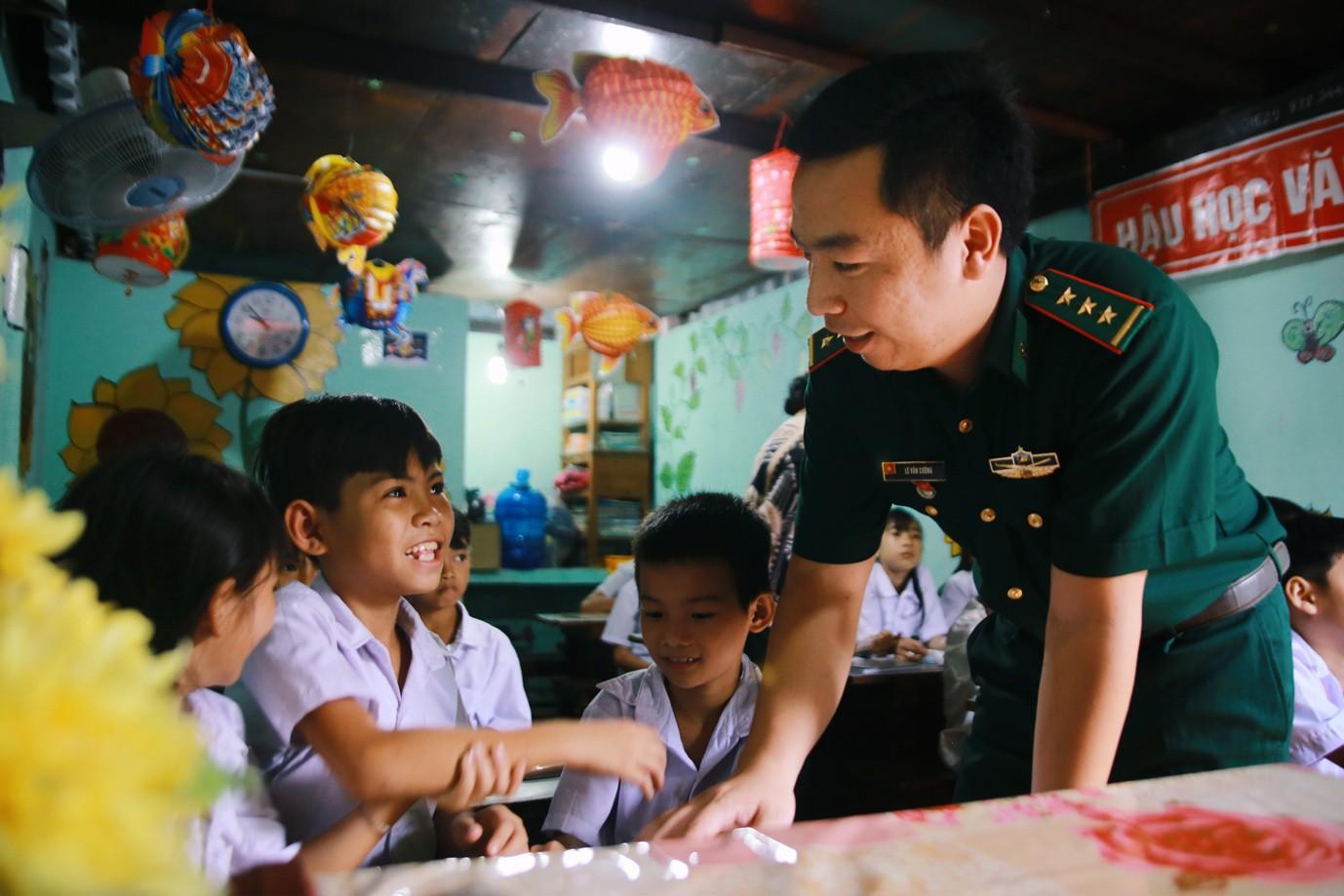 Những thầy giáo quân hàm xanh ở Vành đai biên giới Việt - Cam: Ngày tuần tra, đêm gieo chữ cho bọn trẻ không quốc tịch - Ảnh 15.