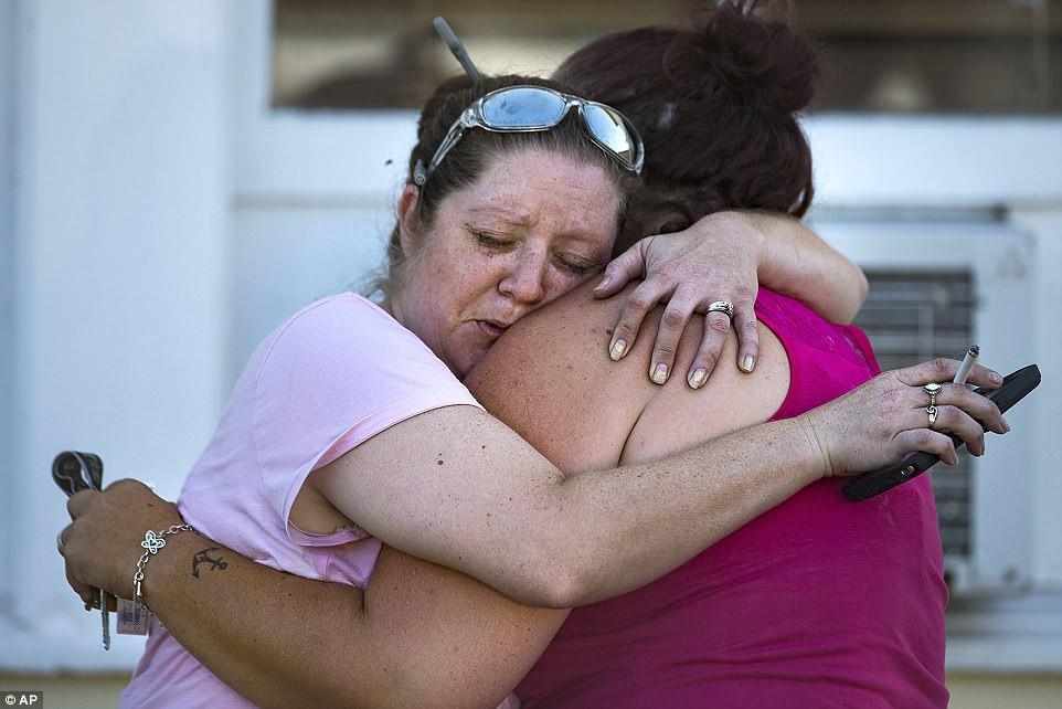 Khung cảnh thương tâm tại nhà thờ, nơi gần 60 người thương vong trong vụ xả súng đẫm máu tại bang Texas, Mỹ - Ảnh 11.