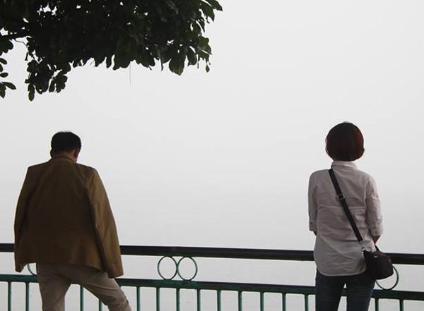 Sương mù dày đặc bao trùm toàn bộ TP Hà Nội, các phương tiện phải bật đèn chiếu sáng tránh va chạm - Ảnh 10.