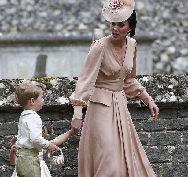 Hoàng tử nhí Anh Quốc bị mẹ mắng trong lễ cưới của dì ruột, vừa đi vừa khóc tu tu - Ảnh 5.