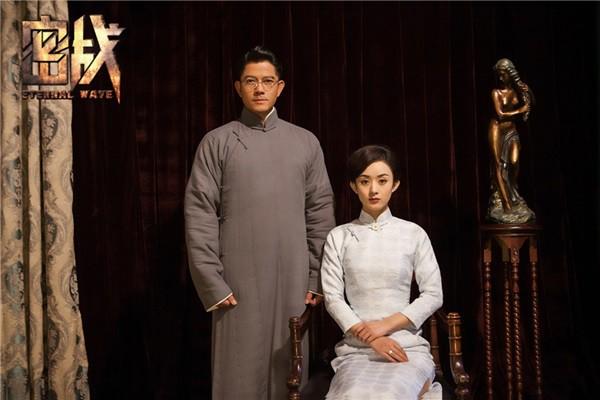 Sau đó, cô cùng Quách Phú Thành nghiêm nghị chụp một bộ ảnh cưới