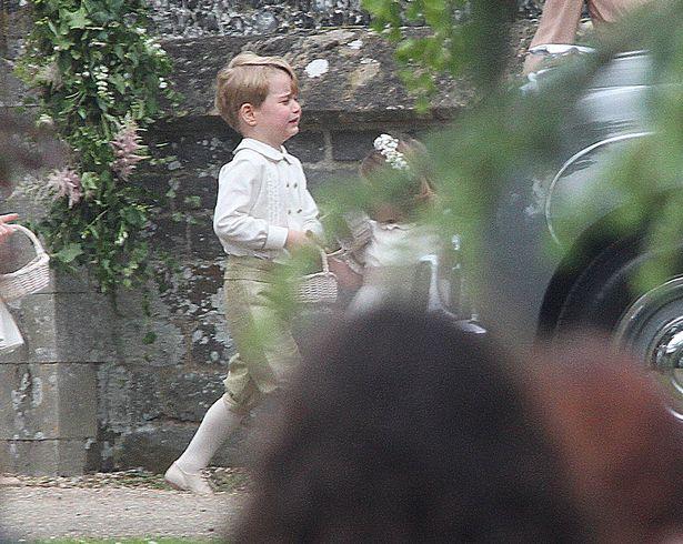 Hoàng tử nhí Anh Quốc bị mẹ mắng trong lễ cưới của dì ruột, vừa đi vừa khóc tu tu - Ảnh 6.