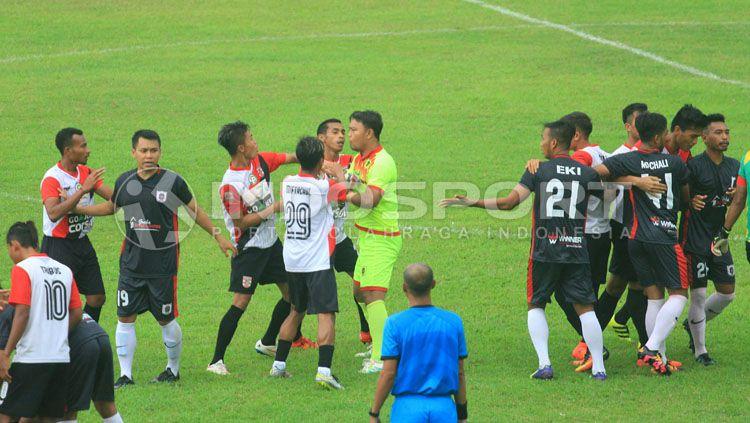 Cầu thủ Indonesia hỗn chiến, đuổi đánh trọng tài như trong phim - Ảnh 2.