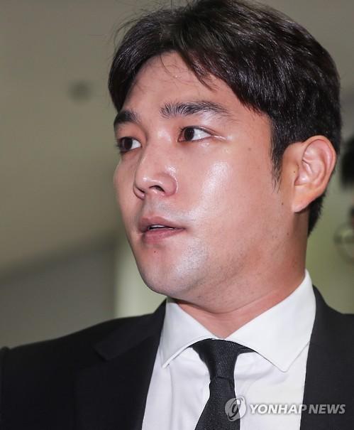Hết ẩu đả, lái xe gây tai nạn, Kangin (Super Junior) lại bị đưa vào đồn vì hành hung bạn gái - Ảnh 1.