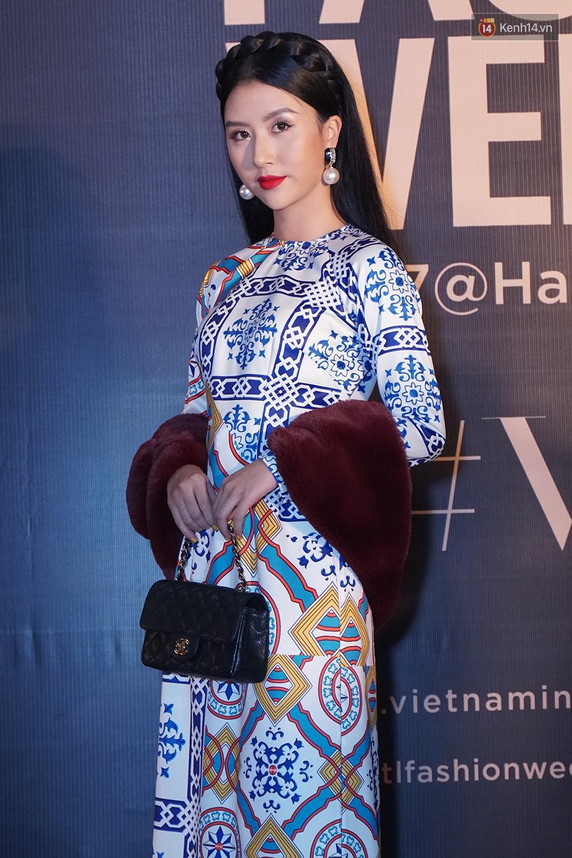 Thảm đỏ VIFW ngày 2: Giữa một dàn hot girl áo dài Quỳnh Anh Shyn, Salim... bỗng xuất hiện Linh Ka mặc váy trắng công chúa - Ảnh 2.
