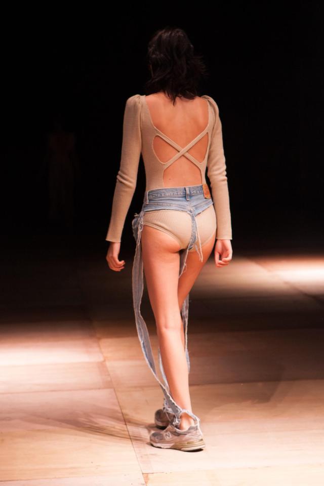 Mẫu quần jeans lọt khe chuẩn phong cách nóng như thế này thì làm sao phải mặc - Ảnh 2.