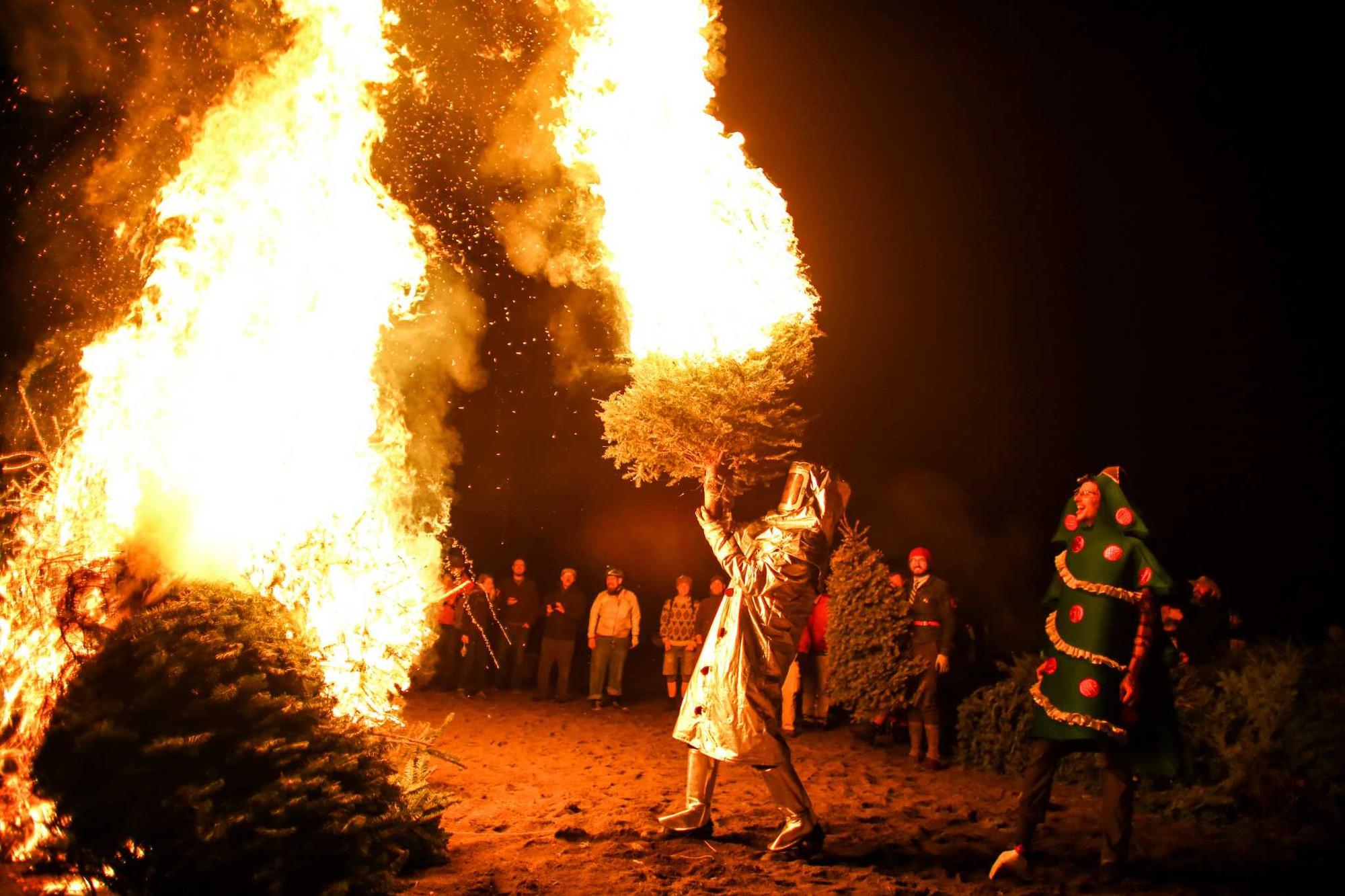 Những phong tục đón năm mới kỳ lạ của các nước mà bạn sẽ muốn thử ít nhất một lần trong đời - Ảnh 11.
