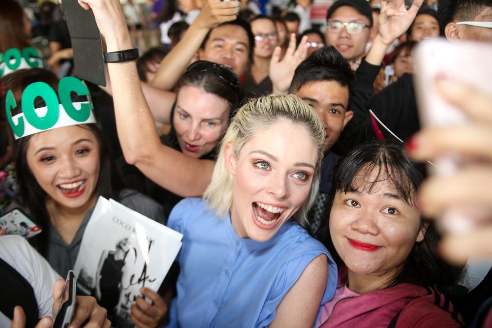 HLV The Face Mỹ - Coco Rocha xuất hiện rạng rỡ, cười thân thiện trong vòng vây fan tại Tân Sơn Nhất - Ảnh 6.