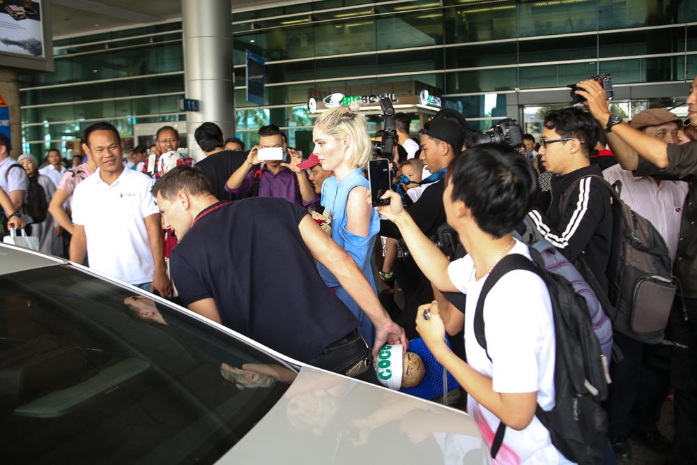 HLV The Face Mỹ - Coco Rocha xuất hiện rạng rỡ, cười thân thiện trong vòng vây fan tại Tân Sơn Nhất - Ảnh 10.