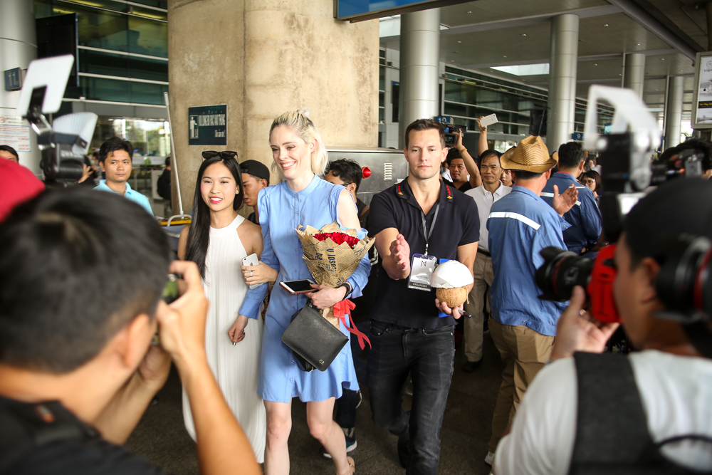 HLV The Face Mỹ - Coco Rocha xuất hiện rạng rỡ, cười thân thiện trong vòng vây fan tại Tân Sơn Nhất - Ảnh 3.