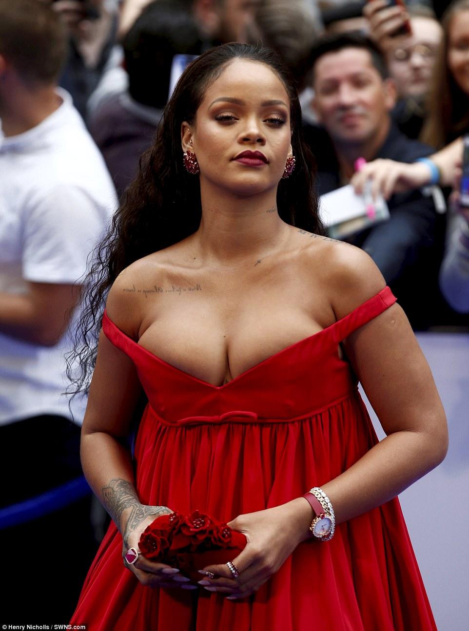 Rihanna đi đâu cũng phô ra hai quả bom nổ chậm, thời trang ngày càng khó hiểu quá đà - Ảnh 1.