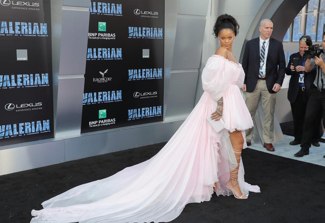 Rihanna đi đâu cũng phô ra hai quả bom nổ chậm, thời trang ngày càng khó hiểu quá đà - Ảnh 7.