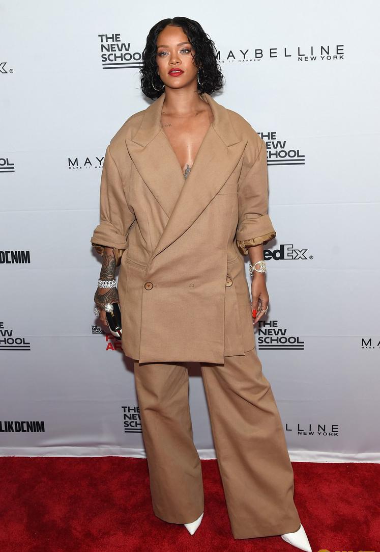 Rihanna đi đâu cũng phô ra hai quả bom nổ chậm, thời trang ngày càng khó hiểu quá đà - Ảnh 8.