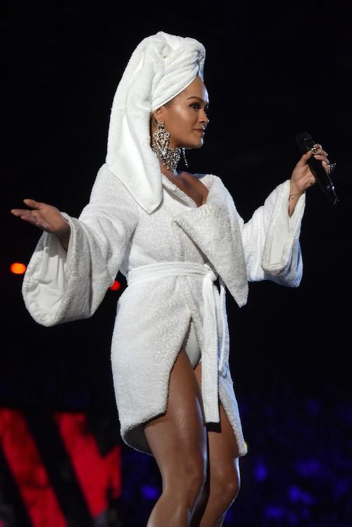 Bộ cánh sốc óc của Rita Ora tại EMA 2017: Chính là đang tắm dở đã bị lôi đi quẩy đúng không? - Ảnh 6.