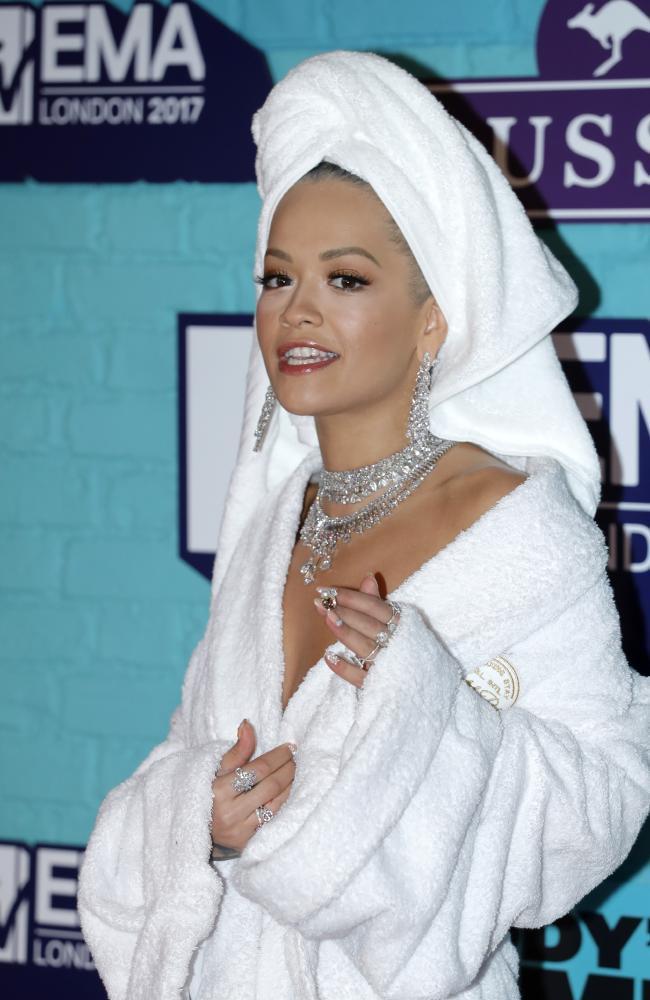 Bộ cánh sốc óc của Rita Ora tại EMA 2017: Chính là đang tắm dở đã bị lôi đi quẩy đúng không? - Ảnh 4.