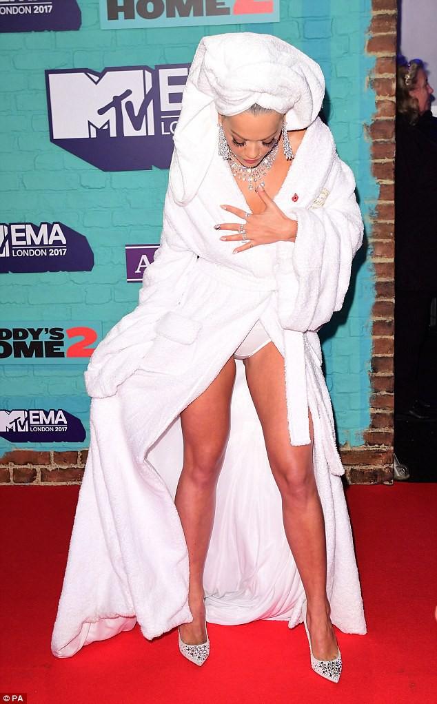 Bộ cánh sốc óc của Rita Ora tại EMA 2017: Chính là đang tắm dở đã bị lôi đi quẩy đúng không? - Ảnh 5.