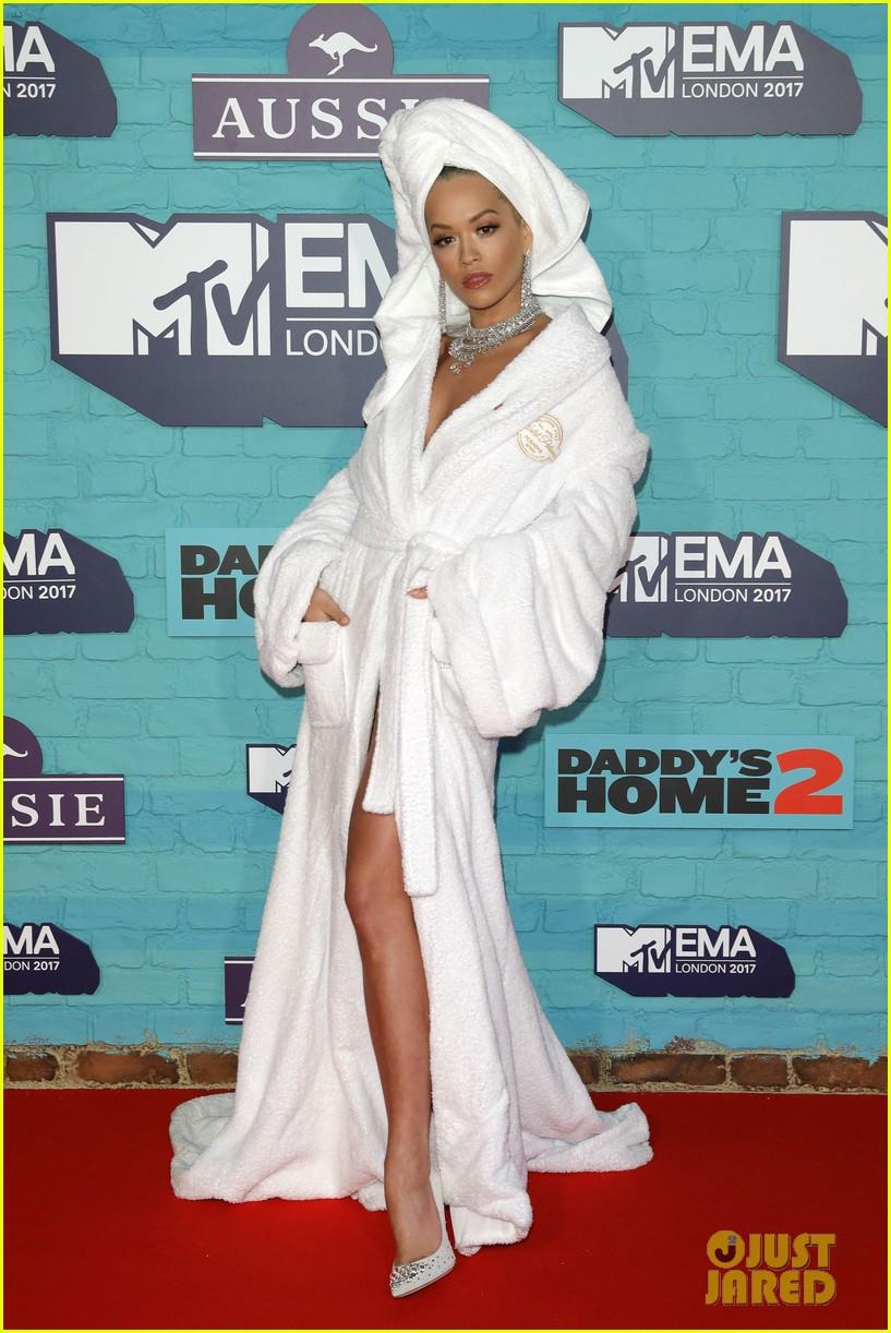 Thảm đỏ EMA 2017: Demi Lovato chỉ mặc mỗi áo vest che vòng 1, áp đảo dàn sao nữ về độ sexy - Ảnh 6.