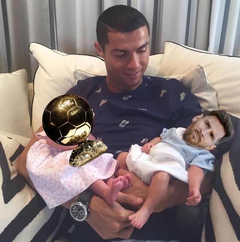 Ảnh chế: Ronaldo một tay bế Quả bóng vàng, một tay ẵm... Messi - Ảnh 5.