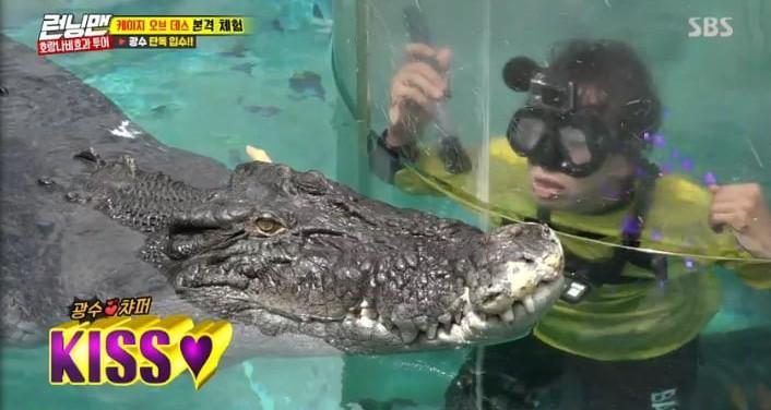Sợ hãi tột độ, Lee Kwang Soo vẫn dành cho nàng cá sấu này 1 nụ hôn! - Ảnh 8.