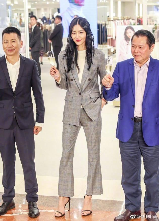 Chán váy vóc bánh bèo, nhiều sao Hoa Ngữ đồng loạt rủ nhau mặc suit đi sự kiện - Ảnh 1.