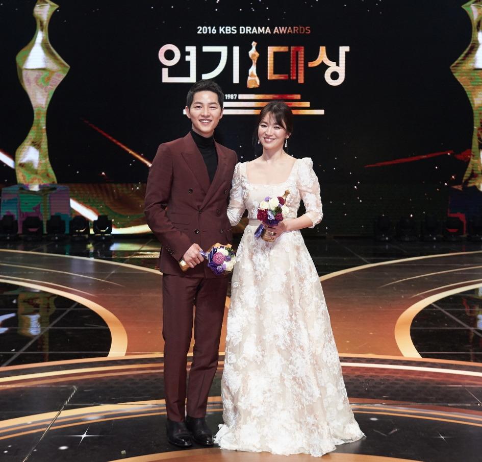 Dù là đám cưới thế kỷ, Song Hye Kyo vẫn chọn váy và trang điểm giản dị không khác gì mọi khi - Ảnh 9.