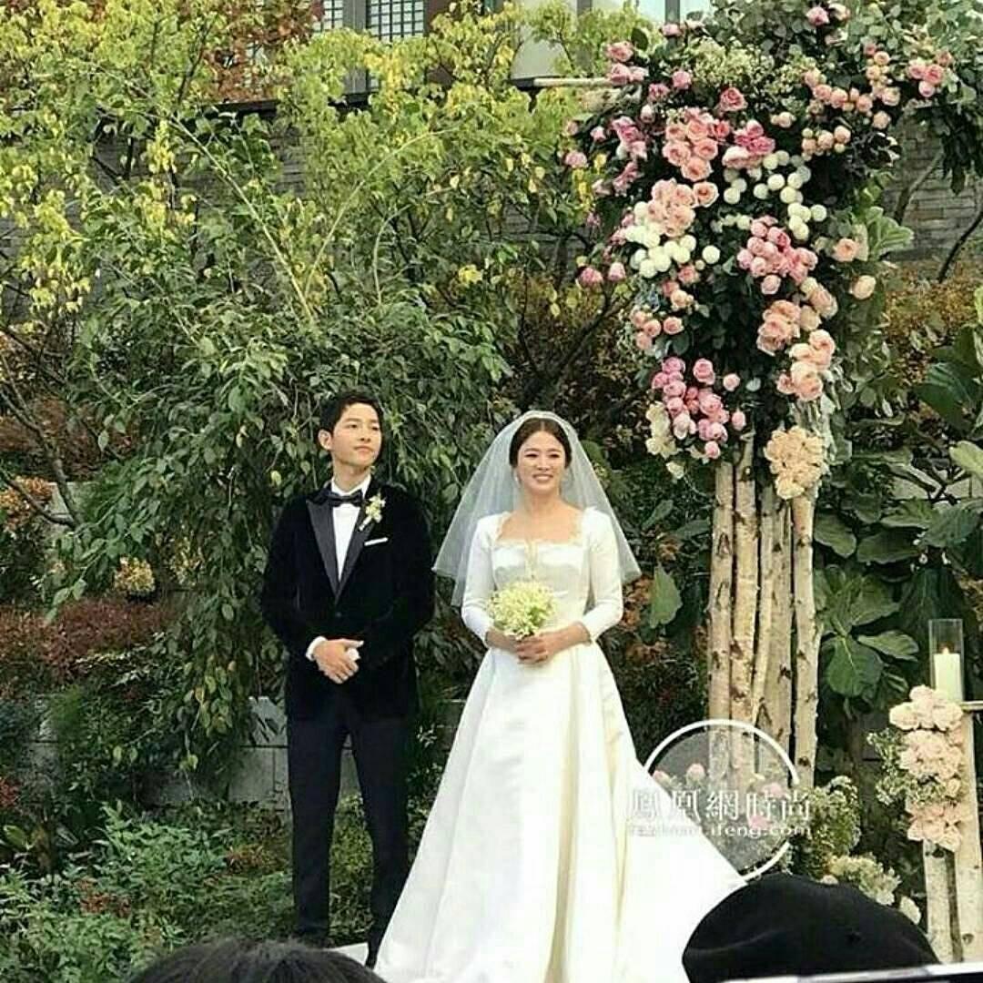 Dù là đám cưới thế kỷ, Song Hye Kyo vẫn chọn váy và trang điểm giản dị không khác gì mọi khi - Ảnh 3.