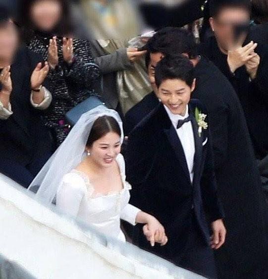 Dù là đám cưới thế kỷ, Song Hye Kyo vẫn chọn váy và trang điểm giản dị không khác gì mọi khi - Ảnh 4.