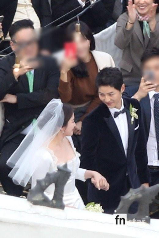 Dù là đám cưới thế kỷ, Song Hye Kyo vẫn chọn váy và trang điểm giản dị không khác gì mọi khi - Ảnh 7.