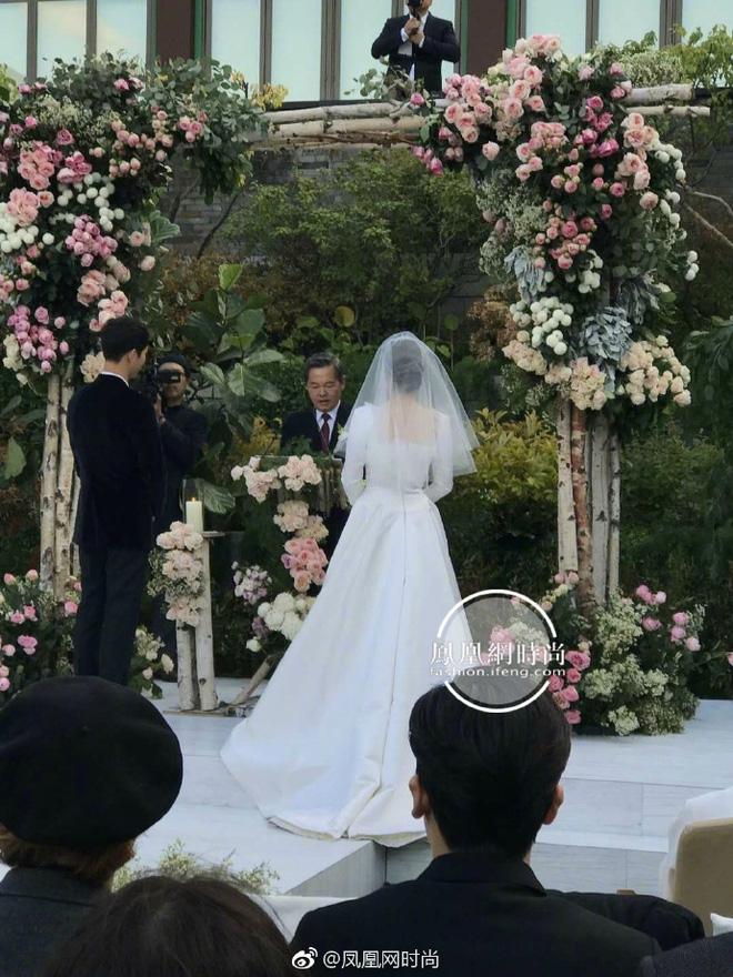 Dù là đám cưới thế kỷ, Song Hye Kyo vẫn chọn váy và trang điểm giản dị không khác gì mọi khi - Ảnh 8.
