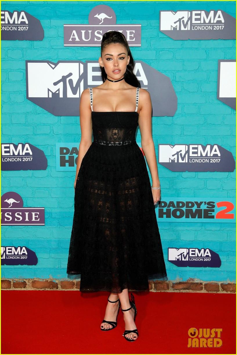 Thảm đỏ EMA 2017: Demi Lovato chỉ mặc mỗi áo vest che vòng 1, áp đảo dàn sao nữ về độ sexy - Ảnh 17.
