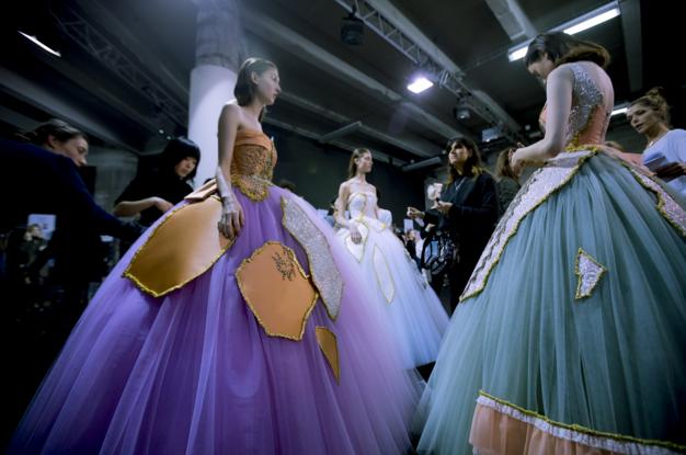 Tuần lễ Haute Couture: Nếu đời là một giấc mơ thì cứ mong mộng mị mãi đẹp thế! - Ảnh 13.